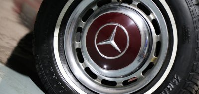 Matching wine color on the rims of Mercedes Benz 220SE 1964